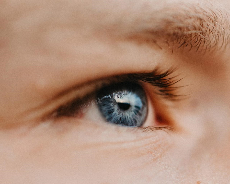 Dermal fillers made of hyaluronic acid are the best products for non-invasive eyelid lifting.